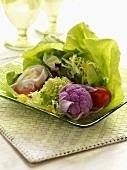 Grüner Salat mit Kohl und gefülltem Reispapier-Säckchen