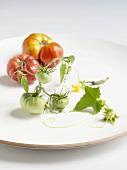 Reife und unreife Tomaten auf einem Teller
