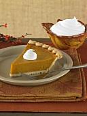 Ein Stück Pumpkin Pie mit Schlagsahne