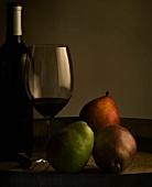 Weinglas und Flasche mit drei Birnen