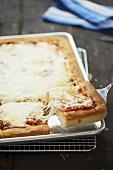 Pizza Siziliana, angeschnitten, auf Backblech