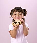 Kind hält ein chocolat chip cookie in den Händen