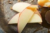 Apfelspalten mit Karamellsauce