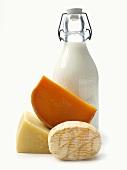 Verschiedene Käsesorten und eine Milchflasche