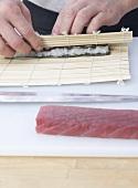 Maki-Sushi mit Thunfisch aufrollen
