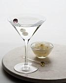 Gibson mit Zwiebelchen im Martiniglas