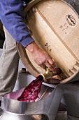 Rotwein sprudelt aus Holzfass