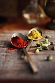 Rotes und grünes Currypulver
