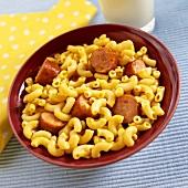 Macaroni and Cheese mit Würstchen für Kinder