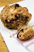 Muffin mit getrockneten Kirschen, angebrochen