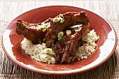 Asiatisch gewürzte Schweinerippen auf Reis
