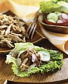 Schweinegeschnetzeltes auf Salatblatt