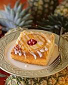 Stück Ananaskuchen mit Zuckerguss