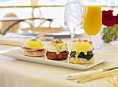 Eggs Benedict und Orangensaft