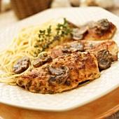 Hähnchenschnitzel mit Champignons und Spaghetti