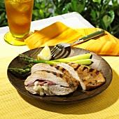 Gegrillte Hühnerbrust gefüllt mit Schinken und Käse, dazu Spargel