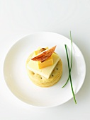 Cracker, gestapelt & garniert mit Käse, Mandel & Apfelspalte