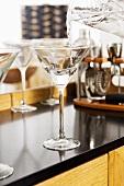 Martini in ein Glas eingiessen