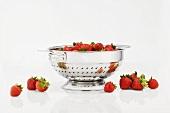 Frisch gewaschene Erdbeeren im Sieb