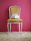 Geschenk auf antikem Stuhl