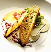 Kräutersalat mit Rettich, Brot, Käse und Balsamicoreduktion
