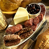 Antipasto toscano (antipasti with sausage, cheese and olive)