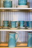 Blaues Keramikgeschirr auf Küchenregal