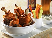 Buffalo Chicken Wings mit Karotten- und Selleriesticks, Blue Cheese Dip
