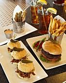 Diner Food: Pulled Pork Sliders, Hamburger, Pommes frites, frittierte Zucchinistreifen und Eistee (USA)