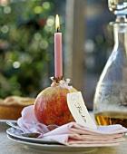 Granatapfel als Kerzenhalter