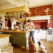 Kochen in Landhausküche am Küchenblock