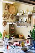 Blick auf hellgraues Tellerboard und gehängten Körben in Landhausküche