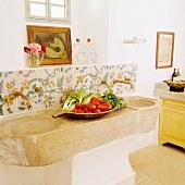 Essensvorbereitung auf rustikalem Steinbecken in spanischer Landhausküche