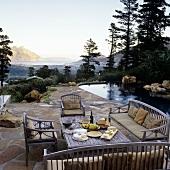 Abendbrot auf der Terrasse am Pool mit Blick über die südafrikanische Landschaft