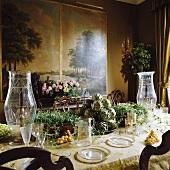 Blick auf opulenter Tafel mit Gemüsedeko und antiken Glasvasen