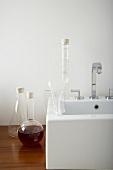 Dekorative Messkolben und Messgläser am Waschbecken