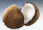Eine halbierte Kokosnuss