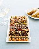 Mezze-Platte mit Weisswein und Weissbrot