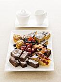 Verschiedene Kuchenstücke auf einer Platte