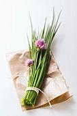 Ein Bund Schnittlauch mit Blüten