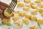 Gnocchi zubereiten (mit Gabel eindrücken)