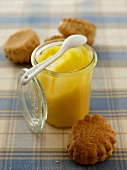 Lemoncurd mit Scones (Zitronencreme und Kleingebäck, England)