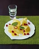 Ananasstücke mit Ingwer und Granatapfelkernen