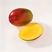 Eine ganze und eine halbe Mango der Sorte 'Parvin'