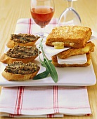 Crostini e mozzarella in carrozza (Italian appetisers)