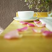 Teetasse mit Rosenblättern