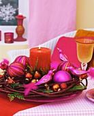 Tellerkranz aus Hartriegel mit Baumschmuck und Kerze