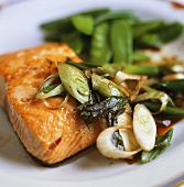 Barbecued salmon fillet with spring onions & mangetout peas