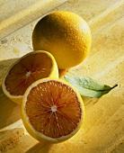 Blutorange (Citrus sinensis), ganz und halbiert