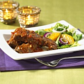 Rippchen mit pikanter Sauce und Salat